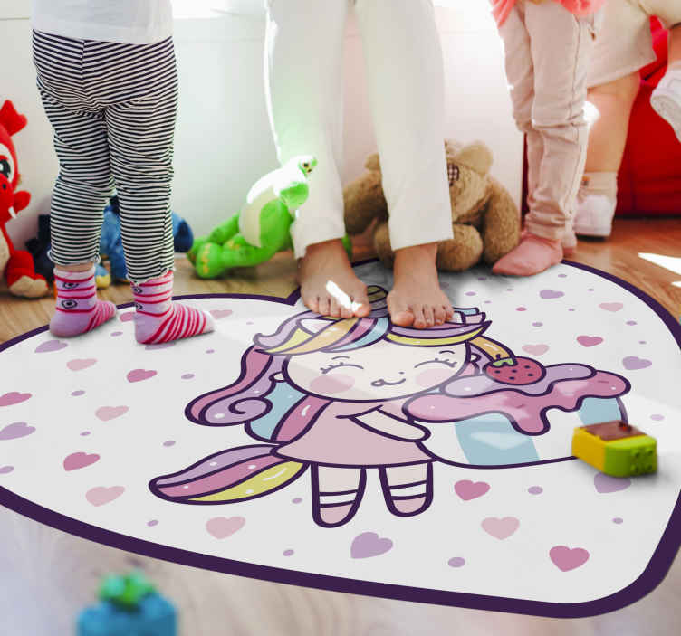 TenStickers. 独角兽女孩抱着蛋糕微笑的孩子乙烯基地毯. 儿童空间的快乐和可爱的独角兽女孩插图地板地毯。在地毯上,看到一只可爱的独角兽被描绘成一个女孩,面带微笑。