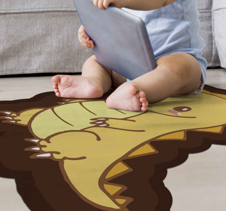 TenStickers. Dinossauro amarelo em pé e sorridente tapete de vinil infantil. Tapete de piso com estampa animal de dinossauro de cor amarela e marrom. A forma é um modelo em um padrão irregular e adicionaria uma aparência adorável a um espaço.