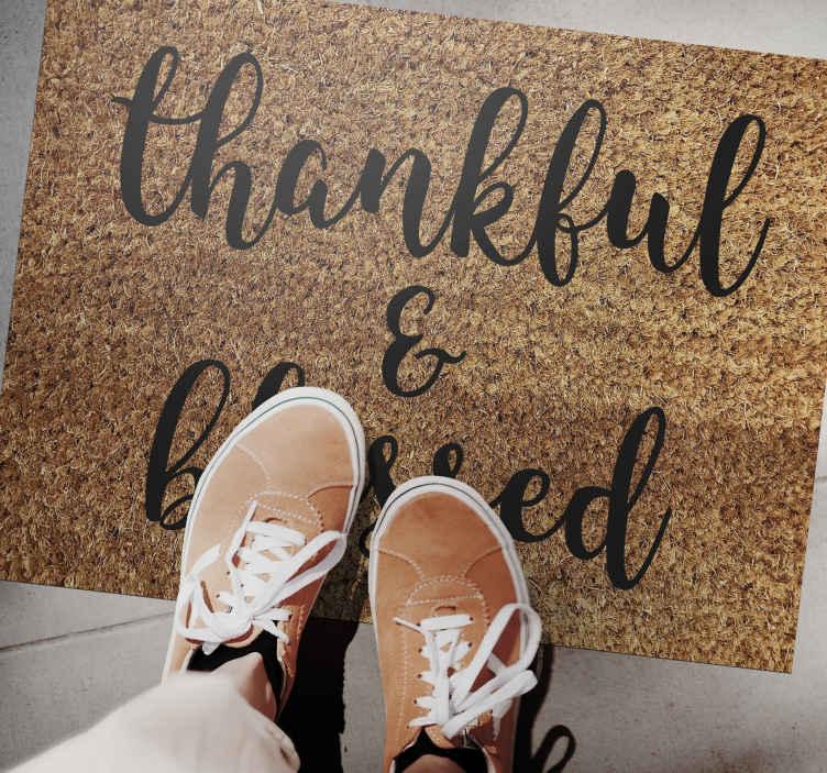 TenVinilo. Alfombra vinílica recibidor agradecido y bendito. Demuestre a todos que está agradecido y bendecido con su visita con esta increíble alfombra vinílica recibidor ¡Envío exprés!