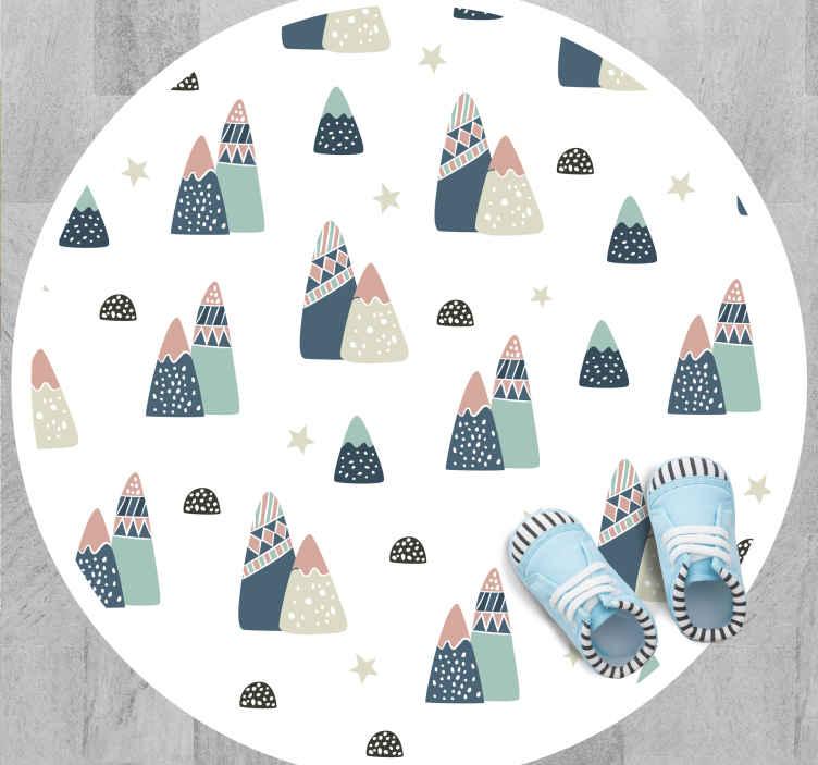 TenVinilo. Alfombra vinilo infantil montañas nórdicas. Alfombra vinílica para niños muy perfecta para decorar el dormitorio de tus hijos. Diseño nórdico con montañas ¡Envío exprés!