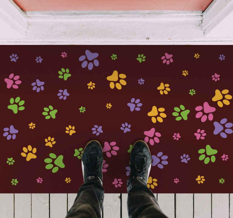 TenVinilo. Aflombra vinílicas animal huella perros multicolor. Alfombra vinílica animales con estampado de patas de colores multicolor para espacios interiores y exteriores ¡Descuentos disponibles!