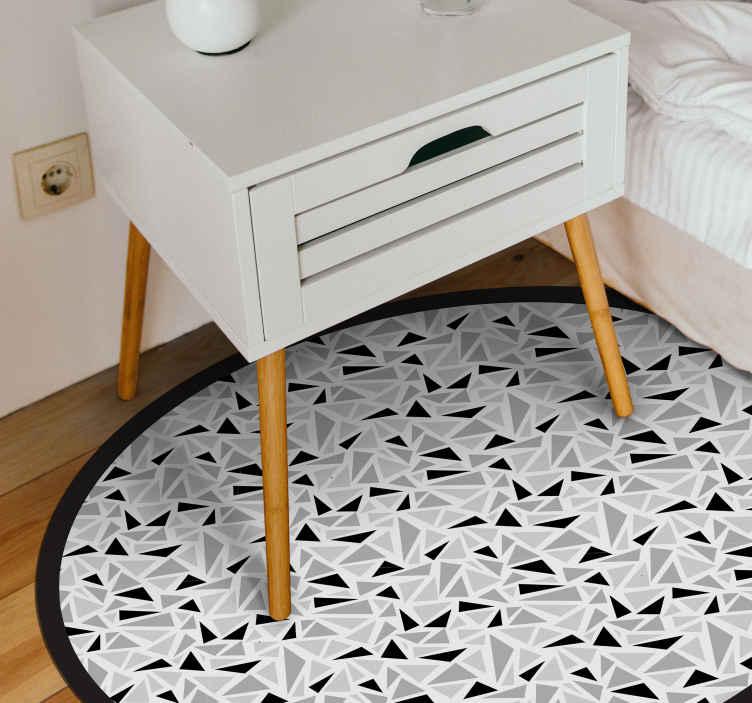 TenVinilo. Alfombra vinilo redonda triángulos pantone. Decora ahora tu casa con esta alfombra vinilo redonda con triángulos de pante gris y negros. Fácil de limpiar y de calidad ¡Envío exprés!