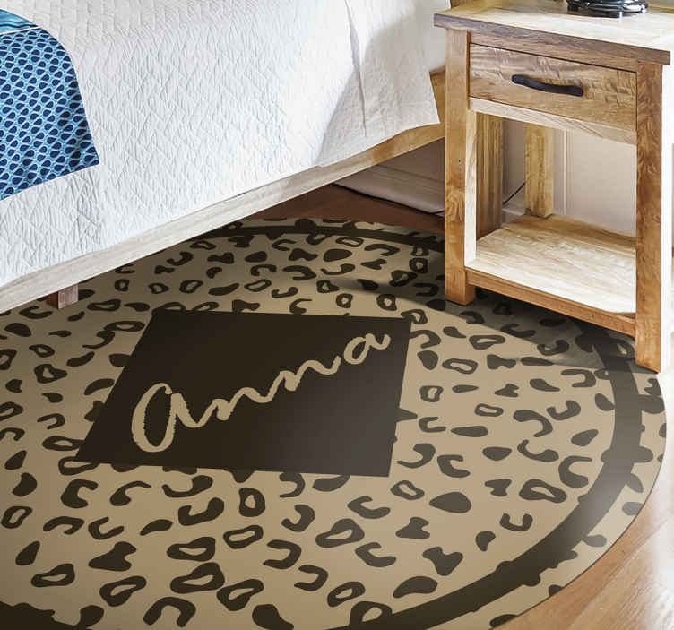 TenVinilo. Alfombra vinilo animal leopardo con nombre. ¡La maravillosa alfombra vinilo animal de leopardo es muy sorprendente y colorida! Puedes personalizar el nombre y las medidas ¡Fácil de limpiar!