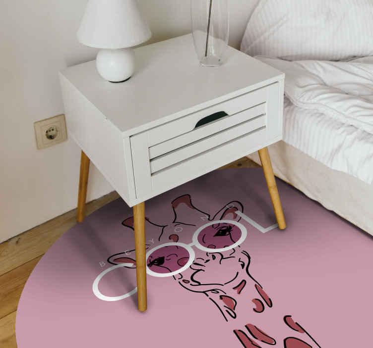 TenVinilo. Alfombra de vinilo animal print Jirafa genial. Este diseño particular de alfombra vinilo animal print con una jirafa en color rosa, con gafas blancas con tonos rosas. Entrega a domicilio!