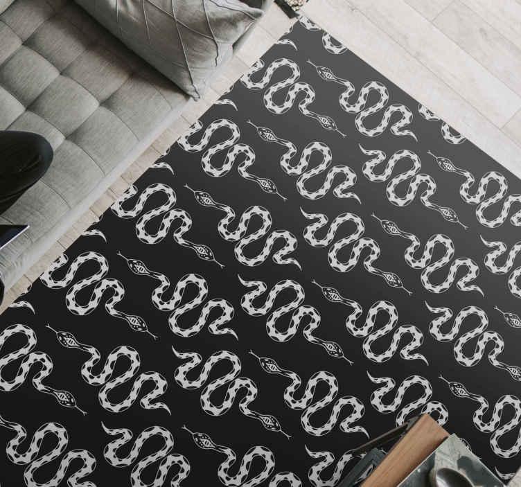 TenStickers. Tapete de vinil com estampa animal de cobras. Este desenho particular de um tapete de vinil animal tem uma impressão pequena e fina em forma de uma cobra na cor cinza. Sobre um fundo preto. Escolha o tamanho!