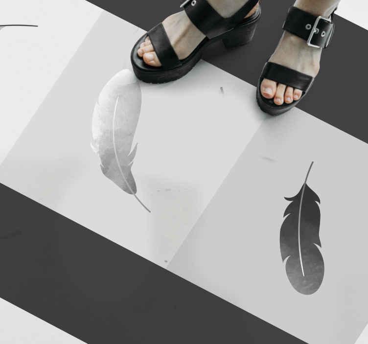 TenVinilo. Alfombra vinilo moderna de plumas. Este alfombra vinílica moderna y étnica con plumas se basa en los colores blanco y gris y con cuadradas que crean un efecto de mosaico.