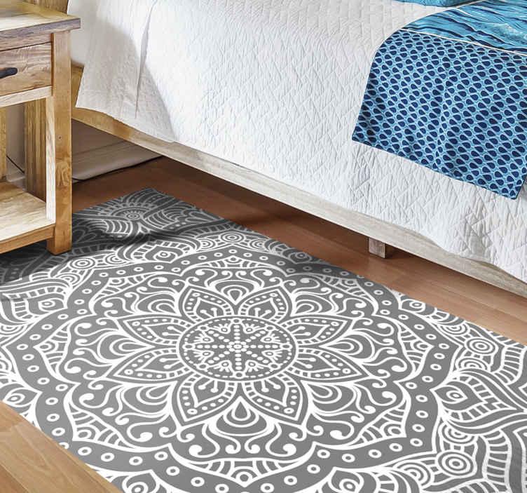 TenStickers. Zarif mandala yatak odası vinil halı. Bu modern vinil halı, dikdörtgen şeklinde gri bir arka plan üzerinde beyaz renkli büyük bir mandala şeklidir. Evinizin her odası için mükemmel! Satın alınmalı!