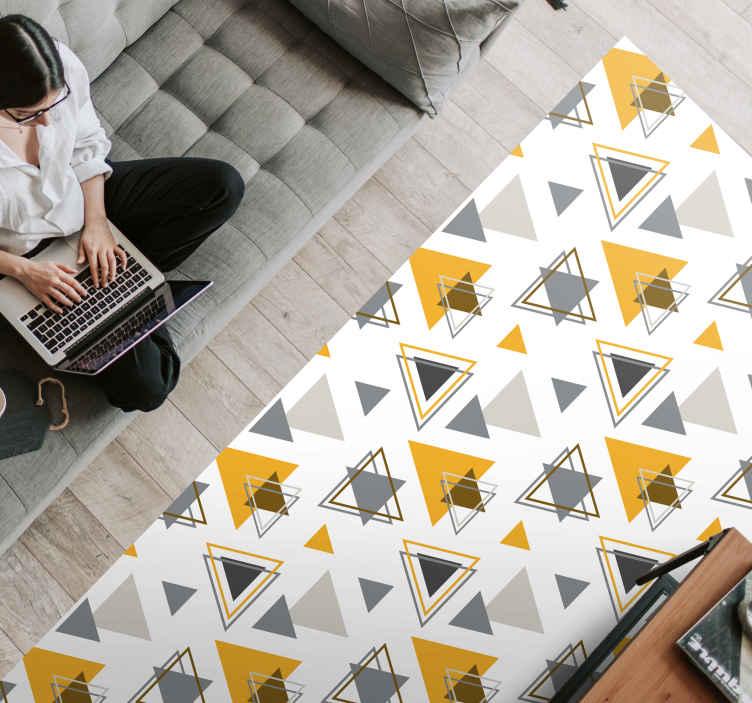 TenVinilo. Alfombra vinilo geométrica triángulos pantone. Alfombra vinílica nórdica de hermoso patrón geométrico: es original, fácil de mantener, duradera y disponible en cualquier tamaño ¡Envío exprés!