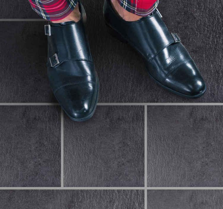 TenVinilo. Alfombras vinílicas de azulejos Efecto teja pizarra oscura. Alfombra de vinilo moderna tiene el mismo aspecto que los típicos azulejos en color gris pizarra oscuro, con finas líneas grises. ¡ comprala ya!
