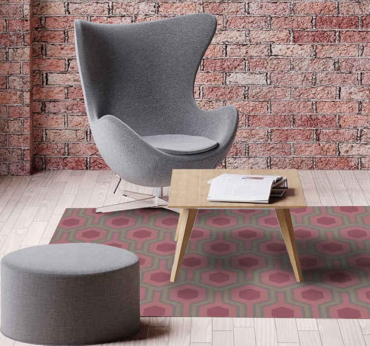 TenVinilo. Alfombra vinilo geométrica hexágonos retro. Vuelve a los años 70 a tu casa con esta alfombra vinilo geométrica de hexágonos rosados de los 70. Producto fácil de limpiar ¡Envío exprés!
