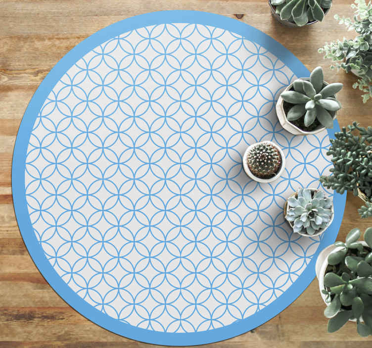 TenVinilo. Alfombra vinílica azul círculos encadenados. Decora tu casa con esta increíble alfombra vinílica azul de azulejos marroquíes con formas circulares de color gris azulado ¡Envío exprés!