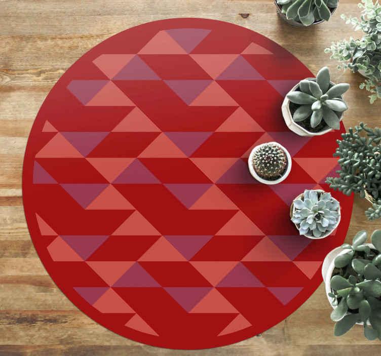 TenStickers. Tapete de ladrilhos de triângulos pequenos vermelhos. Este adorável tapete de vinil com padrão geométrico vermelho pode ser colocado em um espaço de entrada, para banheiro, sala de jantar e qualquer outro espaço de sua escolha.