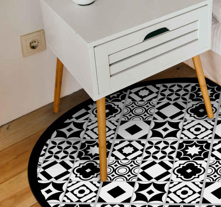TenVinilo. Alfombras vinilo mandala estilo portugués. Alfombra vinilo mandala forma ovalada con efecto de mosaico llena de pequeños símbolos en blanco y negro para decorar ¡Envío exprés!