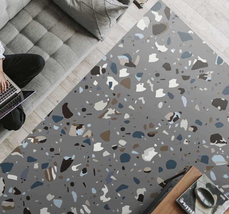 TenVinilo. Alfombra vinilo nórdica gris terrazzo. Esta moderna alfombra vinilo nórdica se basa en un fondo gris y está llena de formas asombrosas en diferentes colores ¡Envío exprés!