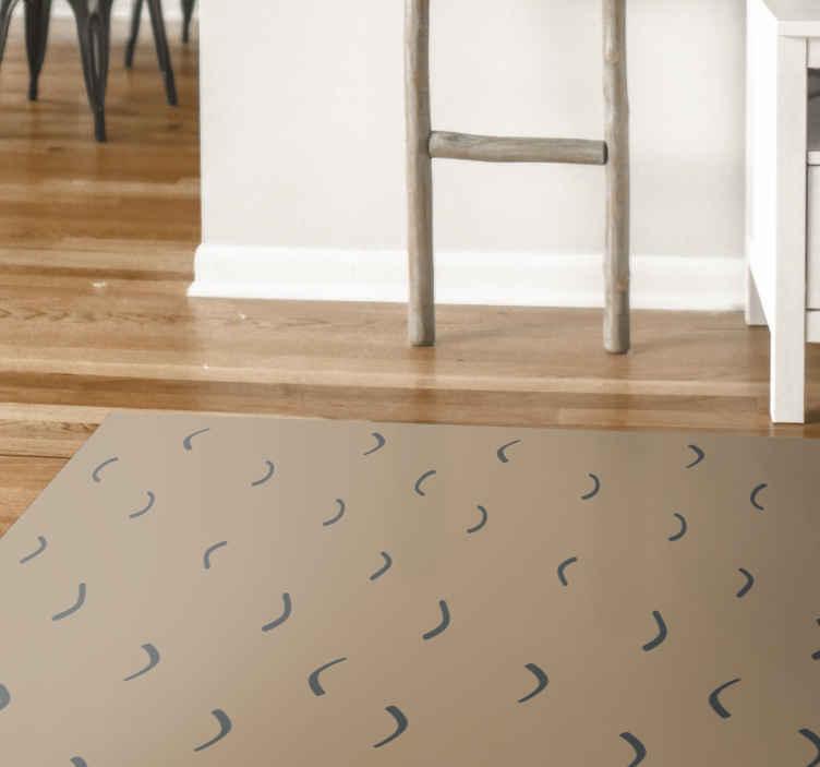 TenVinilo. Alfombra vinilo nórdica olas en la arena. Esta alfombra vinilo nórdica se basa en un fondo beige que parece arena con pequeñas formas onduladas. Elige tu tamaño ¡Fácil de limpiar!