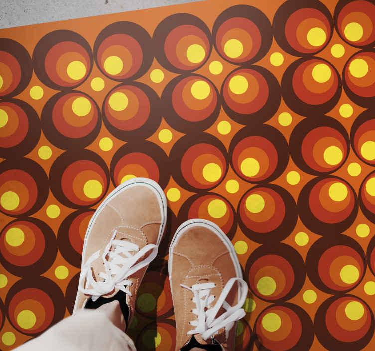 TenVinilo. Alfombra de vinilo vintage Círculos amarillos pop de los 70. Traiga un aire maravilloso a su hogar con esta fantástica alfombra vinilo salón retro. Compra ahora online! Entrega a domicilio!