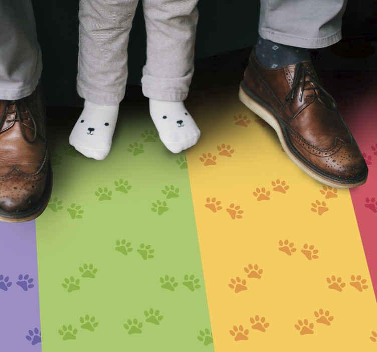 TenStickers. Tapete animal com padrão de pata. Tapete animal com linhas multicoloridas com o padrão de estampas de pata de cão, ideal para dar um toque original à decoração do quarto do seu filho.