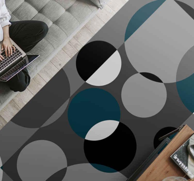 TenVinilo. Alfombra vinilo nórdica círculos grises. Esta moderna alfombra vinilo nórdica se basa en un fondo gris oscuro con círculos geométricos en negro, blanco y verde ¡Envío exprés!