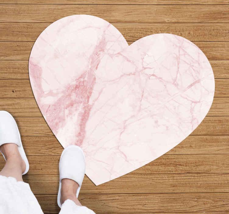 TenStickers. Dywan winylowy Różowe serce marmurowe. Wspaniały dywan winylowy z motywem miłości z marmurową fakturą, który będzie wyglądał wyjątkowo w Twoim domu. Wyjątkowo trwały materiał.