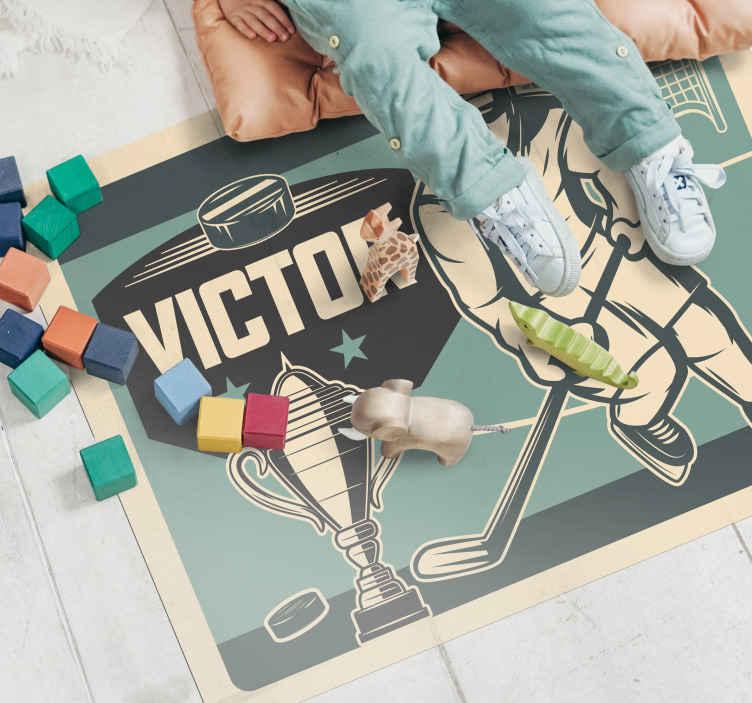 """""""Tenstickers"""". Ledo ritulio žaidėjas su vardu vaikų vinilo kilimas. Ledo ritulio tematika pritaikomas vinilo kilimas, puikiai tinkantis bet kurio vaiko miegamajam! Pasirinkite dydį, kuris puikiai tinka jų kambariui."""