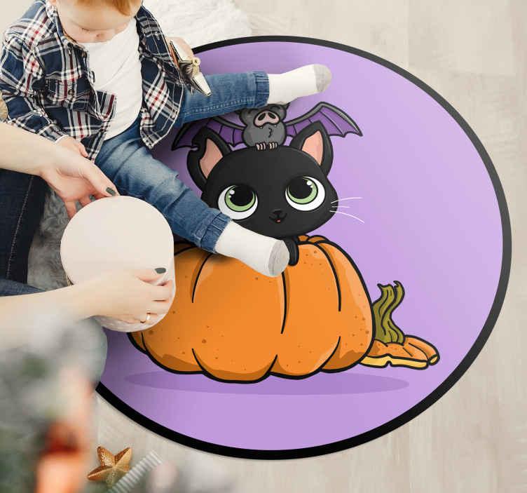 TenStickers. 南瓜和猫乙烯基地毯. 特色南瓜和猫乙烯基地毯设计。紫色圆形乙烯基地毯的特色是橙色的南瓜和黑猫。