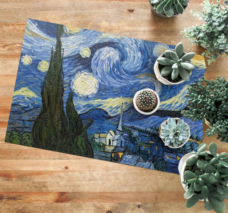 TenStickers. 梵高繁星点点的夜晚乙烯基餐厅地毯. 多彩的独家乙烯地毯,带有绘画设计的风景,在一个小山坡村上表现出丰富的夜空。易于维护,质量上乘。