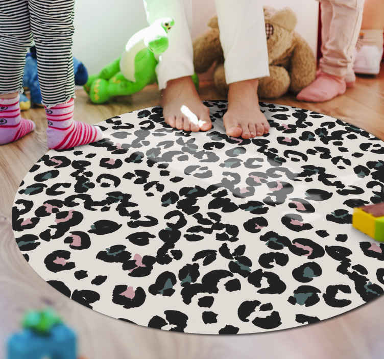 TenStickers. Covor rotund alb din vinil covor cu imprimeu leopard. Dormitor din parchet laminat în formă rotundă cu imprimeu animal leopard pe fond alb. Este lavabil, antialergic și antiderapant.