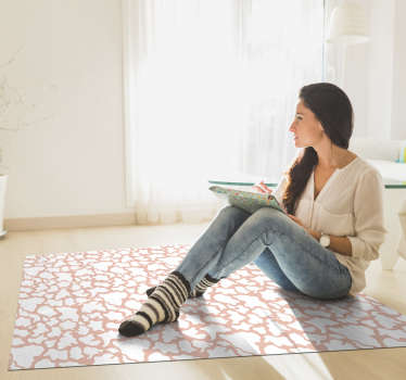 Original alfombra vinílica de piel de vaca en tonos rosados con la que ahora podrás decorar tu casa de forma original con un diseño exclusivo.