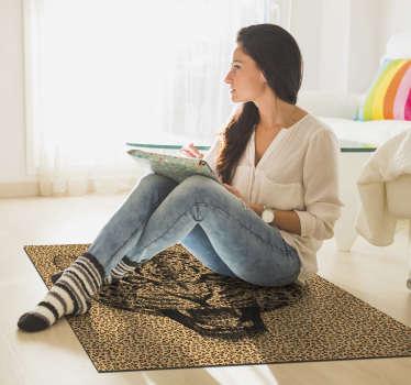Maravillosa alfombra de vinilo de animal print con imitación de piel de leopardo con la que conseguir una decoración única. Diseño lavable