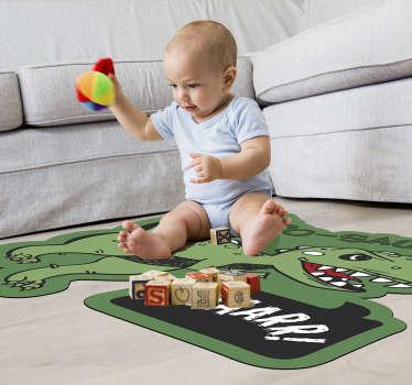 Decora la habitación de tu hijo con esta alfombra de vinilo animal con un dinosaurio que además contendrá el nombre de tu hijo. Diseño lavable