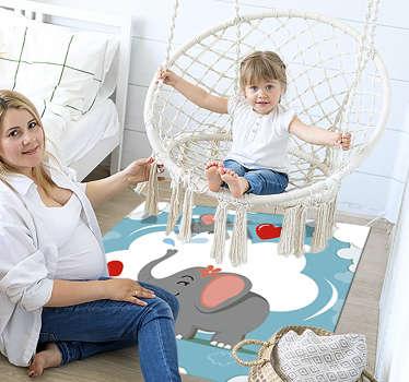 Maravillosa alfombra de vinilo de bebé con elefantes y corazones para tener una excelente decoración en su habitación. Producto antialérgico y lavable
