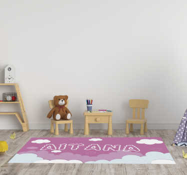 Estupenda alfombra vinílica de bebé con nombre en la que aparece un bebé adorable durmiendo. Producto de gran calidad y antideslizante