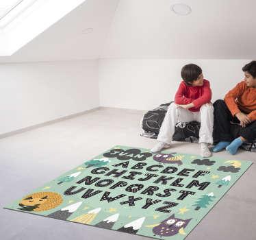 Estupenda alfombra de vinilo abecedario infantil con nombre en la cual aparecen montañas y animales. Producto antialérgico y lavable