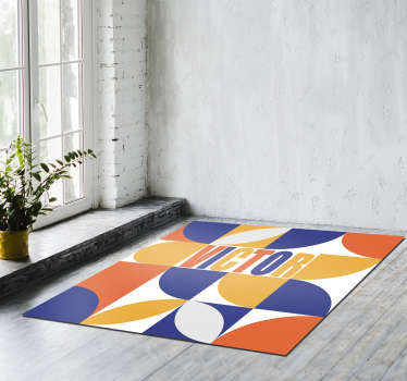 Fantástica alfombra vinílica minimalista con nombre personalizable con la que podrás decorar tu casa según tu propio gusto. Producto lavable.