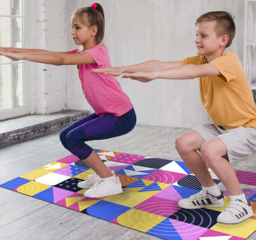 Una alfombra de vinilo de estilo mosaico colorido de memphis que es fácil de limpiar y excelente para su sala de estar. Este producto puede solicitarse en nuestro sitio web.