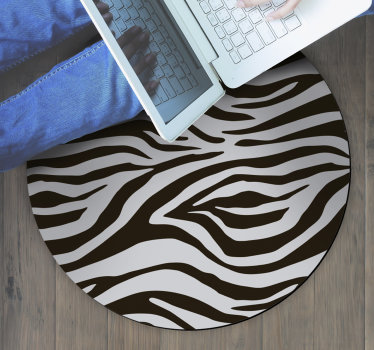 ¡Esta espectacular alfombra vinílica  redonda con estampado de animales de cebra es lo que necesitas para traer a tu casa algo realmente hermoso y original!