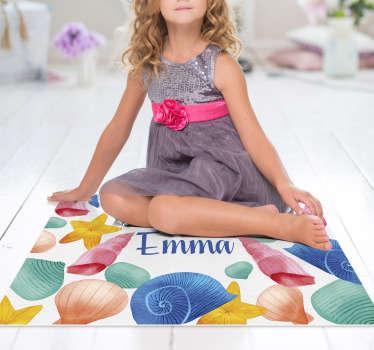 ¡Esta impresionante alfombra vinílica de mar y conchas con nombre es la solución definitiva para mejorar mucho la habitación de sus hijos!