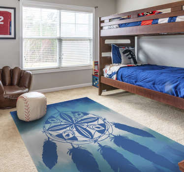 Dekorieren Sie Ihr Schlafzimmer auf originelle und kreative Weise mit diesem wunderschönen ethnischen Teppich mit einem großen Traumfänger in Blautönen.