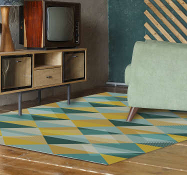 Donnez de la couleur et de la vie à votre sol avec ce fantastique tapis en vinyl moderne avec un adhesif deco de triangles dans différentes nuances de bleu et de jaune!