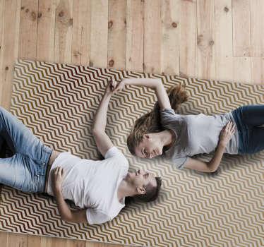 Este tapete de vinil moderno com um padrão geométrico de riscas castanhas e bege em zig zag é perfeito para si. Fácil de manter e limpar.