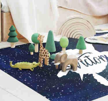 Donnez à votre enfant un décor original et personnalisé avec ce tapis en vinyle au motif animalier et au design d'une tortue dans une galaxie avec le prénom de votre choix.