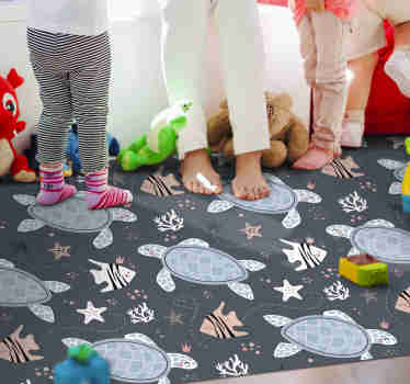 Dieser fantastische tierische Vinylteppich mit einem wunderschönen Muster aus Schildkröten, Fischen und Meeresmotiven wird in Ihrem Kinderzimmer großartig aussehen.