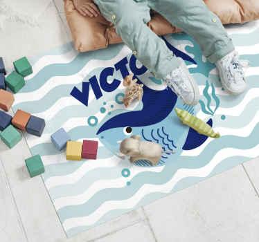 Tapis en vinyle personnalisé avec bébé requin et éléments spéciaux. Personnalisez ce tapis en vinyle avec le nom que vous voulez. Il est facile à utiliser et à entretenir.