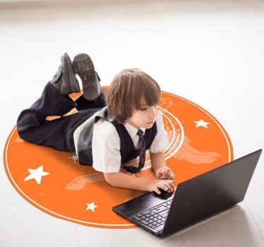 Alfombra vinilo infantil diseñada con herradura y caballo sobre fondo naranja. Es muy fácil de mantener y de limpiar ¡Decora a tu estilo!