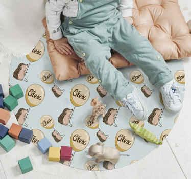 Un adorable tapis rond hérisson. Ce tapis personnalisable est présenté avec des hérissons tenant des ballons où un nom y est inscrit. Facile à entretenir.