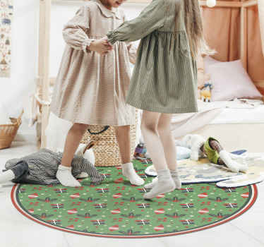 Zelený vinylový koberec s okrúhlym koncom a vianočným dizajnom. Na koberci sú darčekové krabičky a ďalšie prvky. ľahko sa udržuje a je protišmykový.