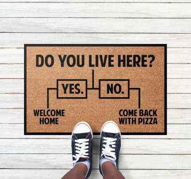 """Esta divertida  alfombra vinílica recibidor presenta el texto """"¿vives aquí? """" si no, trae pizza; si sí, bienvenido a casa ¡Descuentos disponibles!"""