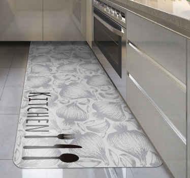 Alfombra vinilo cocina con tenedor y cuchillo de cocina. Motivos de chalotas y ajos en color pálido, fondo blanco ¡Envío exprés a domicilio!
