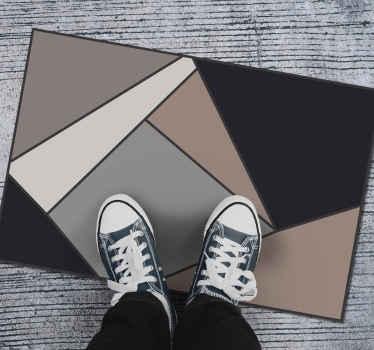 Alfombra vinílica beige y negro con triángulos y cuadrados de diferentes colores haciendo un diseño de mosaico. ¡Consíguela con envío a domicilio!