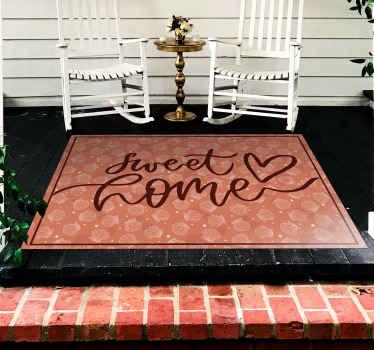 """sticker fantastique de coquillage et d'étoiles dans les tons rouges avec un texte qui dit """"douce maison"""". Nos tapis en sticker sont lavables et très résistants."""